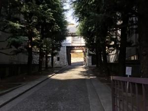 松山東雲高校の門