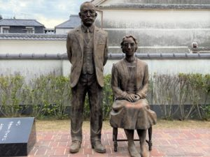 竹鶴政孝と妻リタの銅像