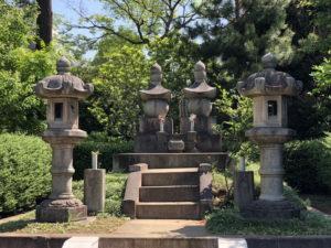 勝海舟夫妻の墓